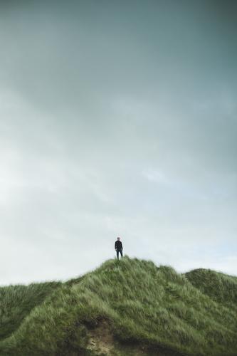 wanderer Mensch Ferien & Urlaub & Reisen Mann Pflanze Meer Wolken ruhig Ferne Erwachsene Gefühle Küste Freiheit Tourismus Horizont Ausflug Wetter