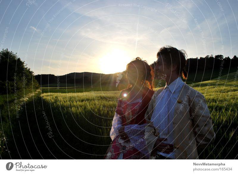 französisches Adelspärchen in der Provence Mensch Natur Jugendliche Sommer feminin Wiese Landschaft Wärme Mode Feld gold groß maskulin Fröhlichkeit