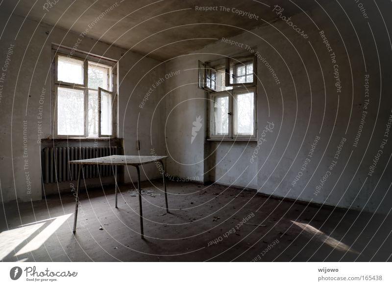 Stillstand alt ruhig Haus Einsamkeit dunkel Wand Fenster grau Mauer Stimmung Raum Tisch trist kaputt authentisch Häusliches Leben