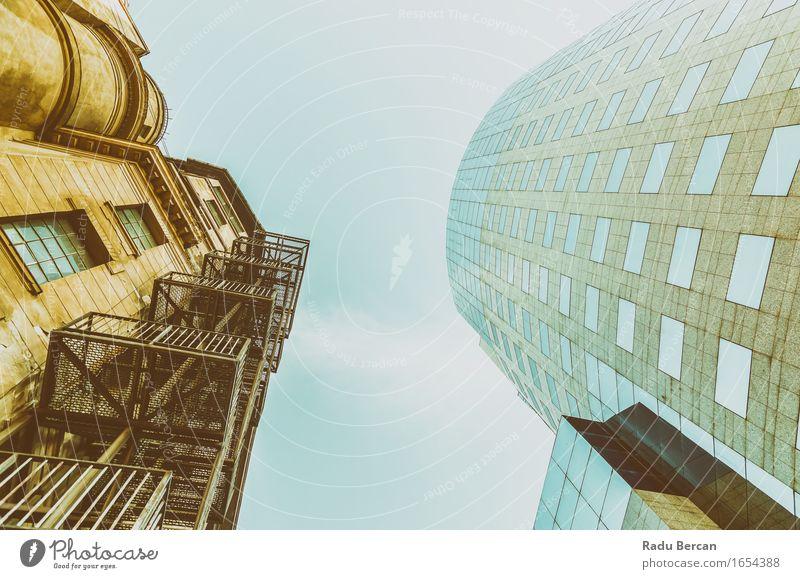 Altes gegen neues Architektur-Stadtzentrum von Bukarest-Stadt blau Haus Fenster Gebäude grau Business braun Fassade Zufriedenheit modern Hochhaus Europa