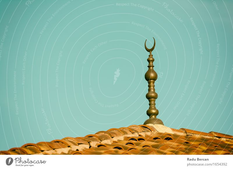 Islamische Religion Crescent Moon Zeichen auf Moschee Architektur Kirche Dom Bauwerk Gebäude Dach bauen blau braun grau schwarz türkis Frieden Hoffnung