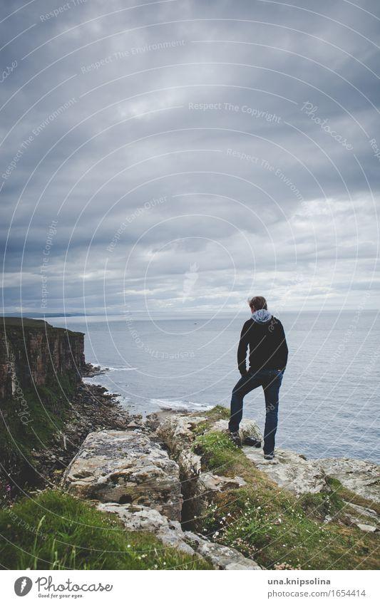 wanderer Ferien & Urlaub & Reisen Abenteuer Ferne Freiheit wandern Mann Erwachsene Natur Landschaft Felsen Küste Meer Polarmeer Nordsee Schottland beobachten