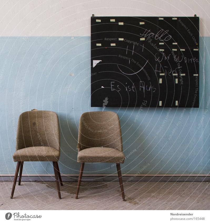 Alte Stühle und Tafel in einem Raum als Stillleben Lifestyle Design Innenarchitektur Möbel Sessel Stuhl Industrieanlage Mauer Wand schreiben Traurigkeit
