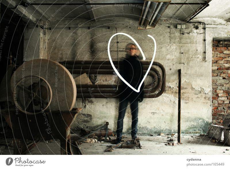 Liebe zeigen Farbfoto Innenaufnahme Textfreiraum links Tag Schatten Kontrast Langzeitbelichtung Zentralperspektive Ganzkörperaufnahme Blick in die Kamera