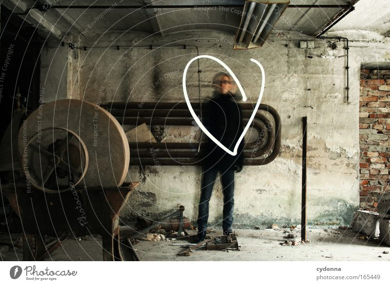 Liebe zeigen Mensch Mann Jugendliche Erwachsene Ferne Leben Wand Gefühle Bewegung Glück Mauer Herz maskulin ästhetisch planen