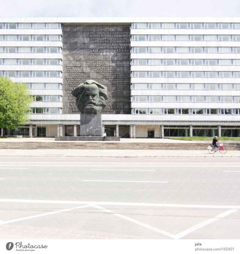 at the roadside Farbfoto Außenaufnahme Textfreiraum unten Zentralperspektive Himmel Baum Stadt Haus Platz Bauwerk Gebäude Architektur Wahrzeichen Denkmal grau