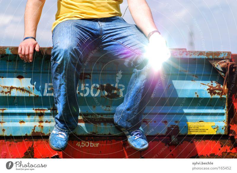 i´m sittin´ here ... Mann Hand Jugendliche Sonne blau rot Sommer gelb Leben Erholung Freiheit Fuß Beine hell glänzend Erwachsene