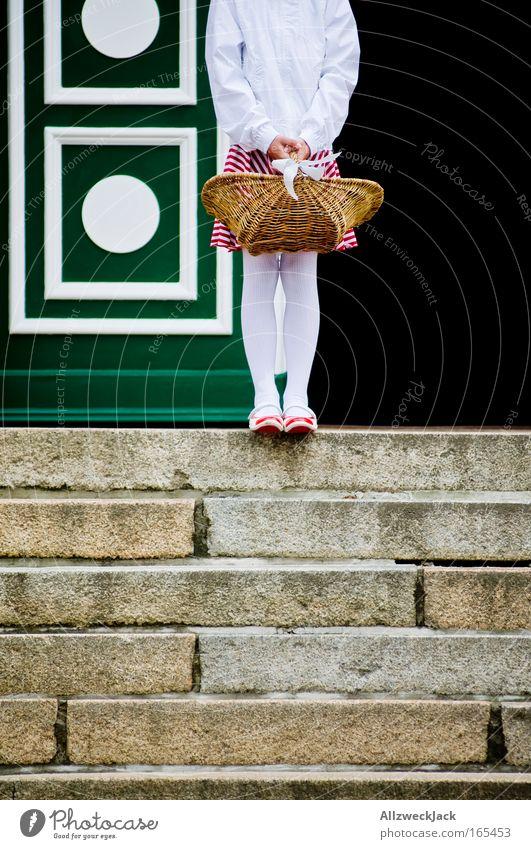 Hochzeitsexzerpt II Mensch Kind Mädchen Einsamkeit feminin Beine warten Tür Treppe stehen Kindheit festhalten Langeweile Korb