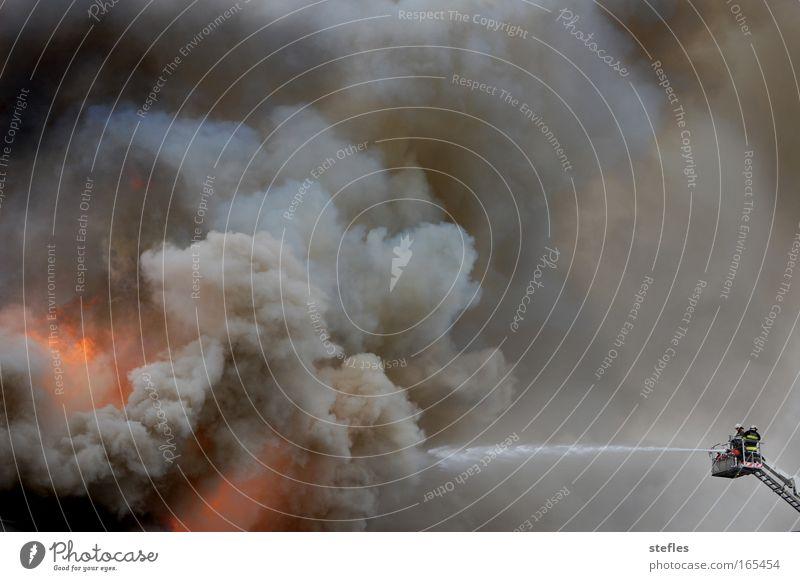 Tropfen auf den heißen Stein Wolken Wärme Kraft Feuer Sicherheit Schutz Beruf Mut Leiter Urelemente Endzeitstimmung Tapferkeit Feuerwehreinsatz