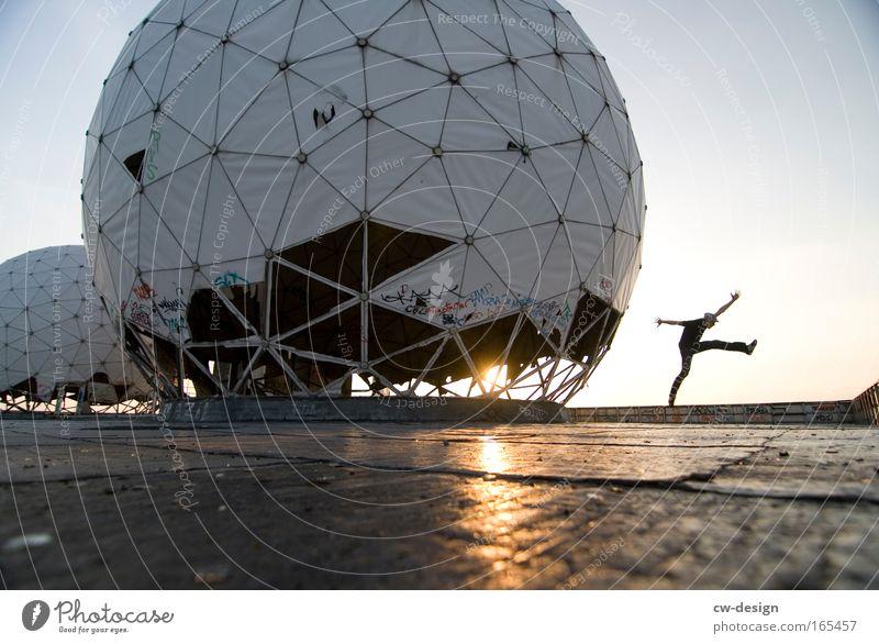 DÄNZ ON Mensch Freude Erwachsene Architektur Freiheit springen Stil Feste & Feiern Tanzen Freizeit & Hobby elegant maskulin Bauwerk Technik & Technologie Denkmal Ruine