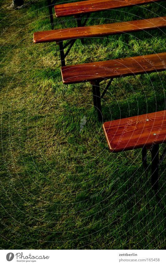 Bonsaiparty Sommer Wiese Gras Feste & Feiern Platz Bank Rasen Möbel Reihe Sitzgelegenheit Textfreiraum Sitzreihe Einladung Jubiläum Biergarten