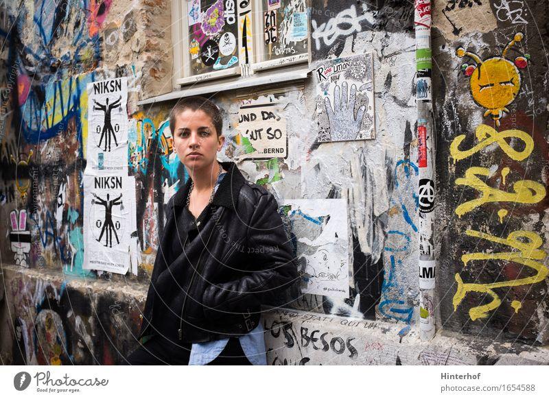 Junge kurze Haare Frau in städtischer Umgebung und Graffiti Mensch Jugendliche Stadt schön 18-30 Jahre Erwachsene Wand Hintergrundbild Lifestyle Berlin Gebäude