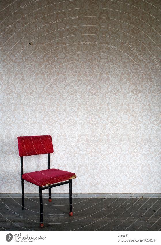 Reihe 5 Platz 15 schön alt rot Holz Metall dreckig Wohnung elegant ästhetisch retro trist Stuhl kaputt authentisch Wandel & Veränderung Dekoration & Verzierung