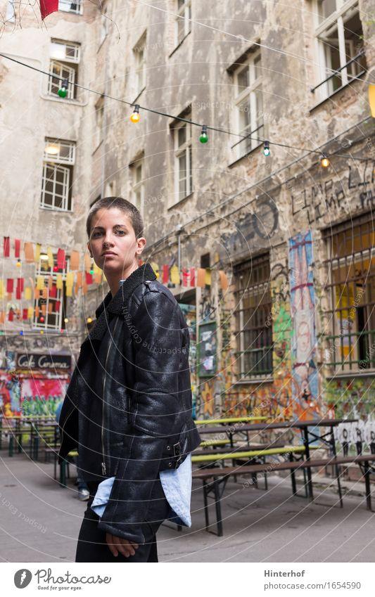 Junge Frau in Berlin - Portrait Lifestyle Stil Körper Ferien & Urlaub & Reisen Student Mensch Jugendliche Erwachsene 1 18-30 Jahre Stadt Gebäude Mauer Wand