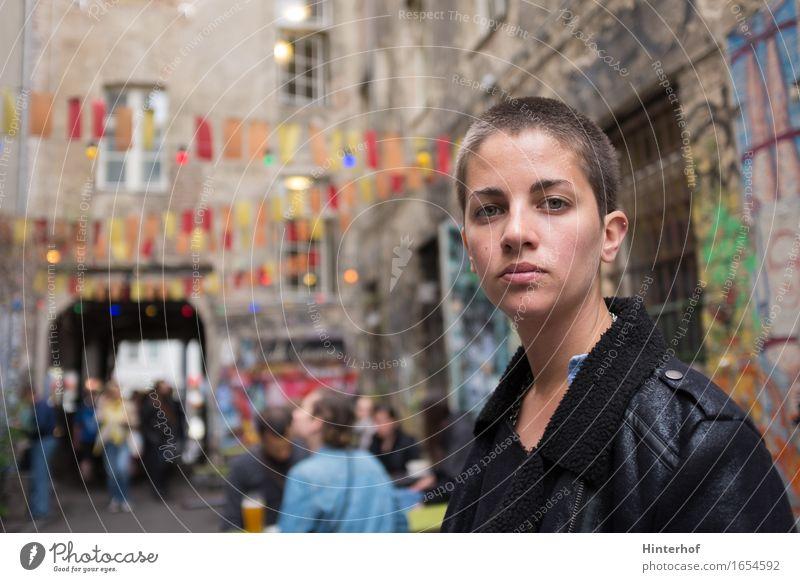 Junge Frau in Berlin Mensch Jugendliche Stadt Sommer Erholung Freude 18-30 Jahre Erwachsene Architektur Wand Leben feminin Stil Lifestyle
