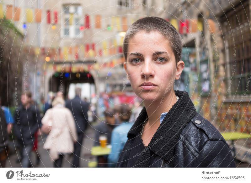 Junge kurze Haare Frau in städtischer Umgebung Ferien & Urlaub & Reisen Student Mensch feminin Junge Frau Jugendliche Erwachsene Leben 1 Menschenmenge