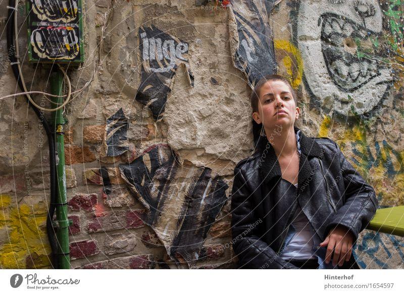Junge Frau in Berlin Lifestyle Stil Student Mensch feminin Erwachsene Jugendliche 1 18-30 Jahre Kunst Kultur Jugendkultur Subkultur Rockabilly Gebäude Mauer