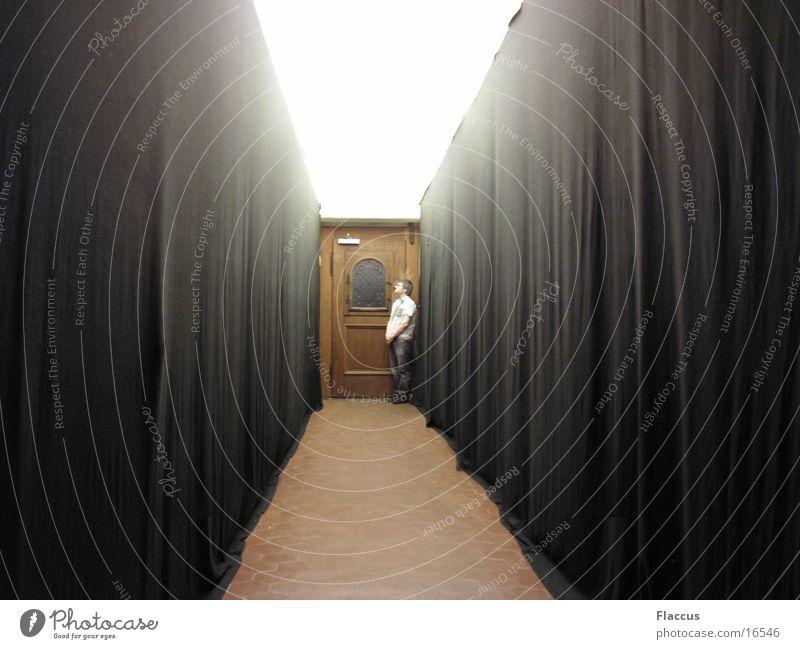 Andre allein im Flur Mensch Mann Einsamkeit Tür lang Vorhang