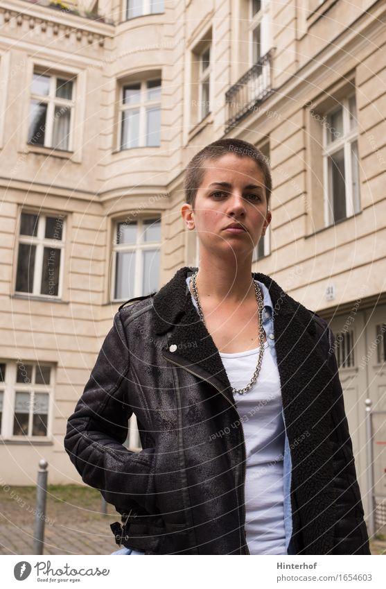 Junge Frau in der Stadt Mensch Ferien & Urlaub & Reisen Jugendliche Sommer 18-30 Jahre Erwachsene Architektur Wand Hintergrundbild Berlin Stil Lifestyle Gebäude