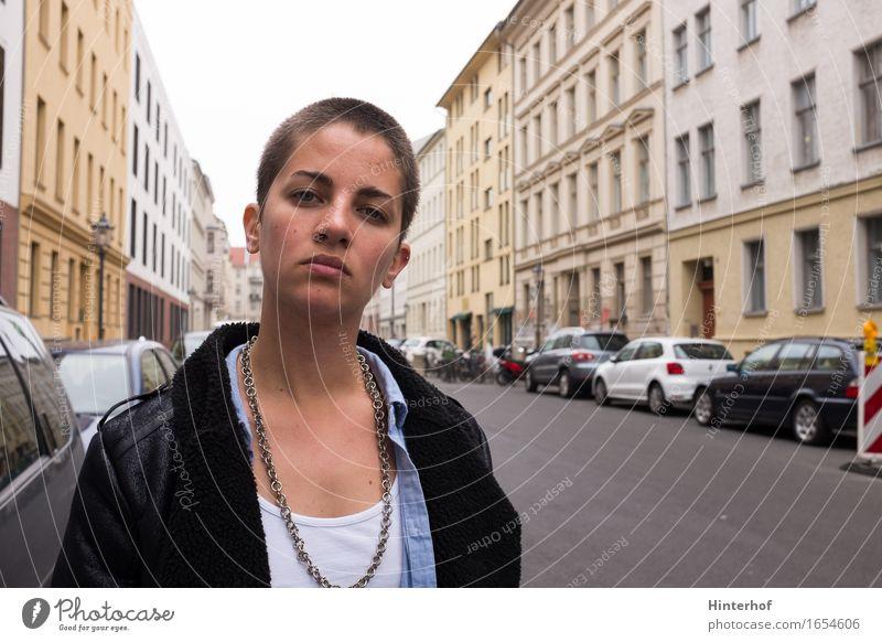 Young short hair woman in urban surrounding Mensch Frau Ferien & Urlaub & Reisen Jugendliche Stadt 18-30 Jahre Erwachsene Straße Architektur Hintergrundbild