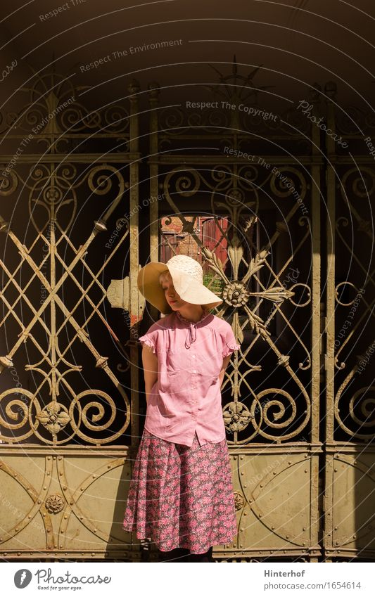 Portrait of young beautiful girl Mensch Frau Ferien & Urlaub & Reisen Jugendliche Sommer Sonne 18-30 Jahre Erwachsene Liebe Gefühle Stil Mode Fassade rosa