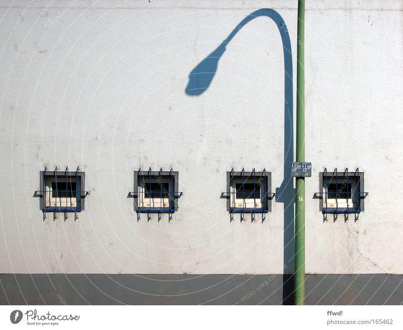 slim & shady alt weiß grün Stadt Lampe Wand Fenster Mauer Gebäude dreckig Architektur Fassade Vergänglichkeit Verfall Bauwerk