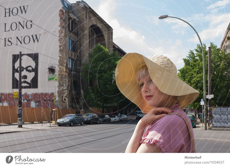 Junge Frau in Berlin Lifestyle Stil Sommer Mensch feminin Jugendliche 1 18-30 Jahre Erwachsene Stadt Hauptstadt Gebäude Architektur Mauer Wand Hut ästhetisch