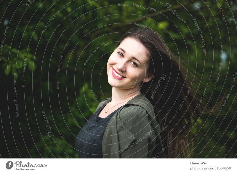 Schenk mir ein Lächeln Mensch Frau Natur Jugendliche schön Junge Frau Erotik Mädchen Wald Erwachsene Leben natürlich feminin Haare & Frisuren Zufriedenheit