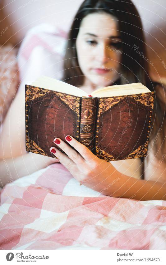 junge Frau liest Buch im Bett lesen Junge Frau Mädchen lernen Roman spannend Leseratte gefesselt Bettdecke gemütlich konzentriert hobby zu hause bleiben