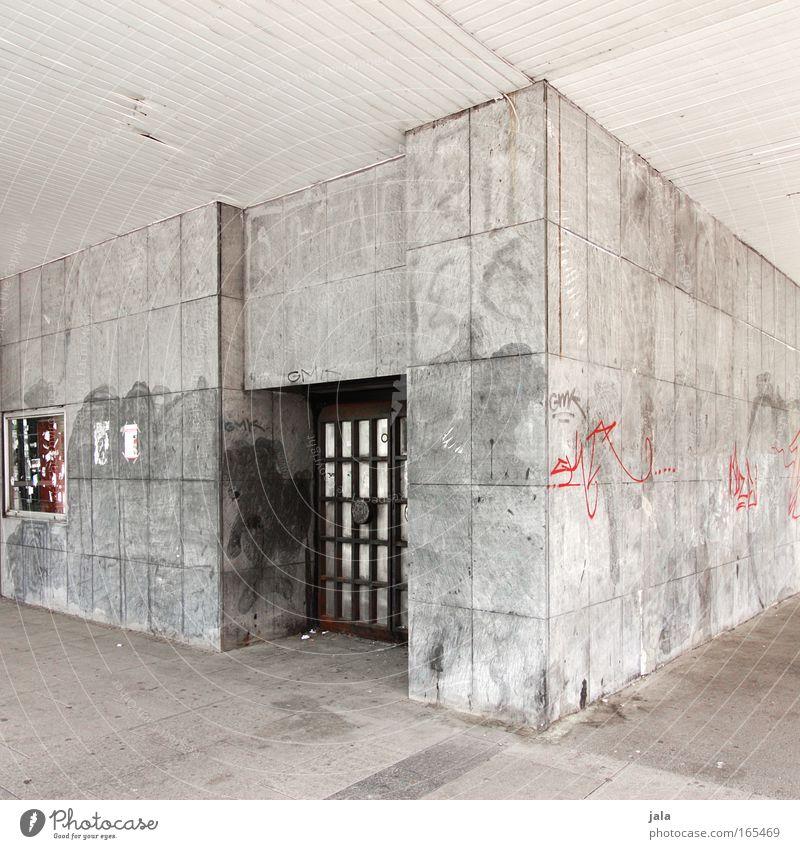 eine Straße weiter... Gedeckte Farben Außenaufnahme Menschenleer Tag Zentralperspektive Stadt Haus Bauwerk Gebäude Architektur Tür Graffiti grau schwarz hell