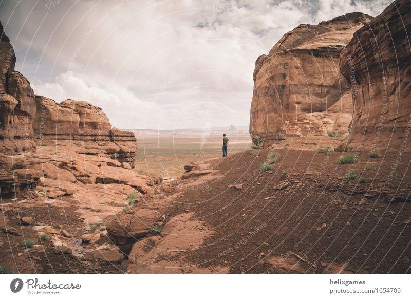 Mann zwischen den Klippen Lifestyle Ferien & Urlaub & Reisen Abenteuer Freiheit Camping Sommer Berge u. Gebirge Natur Landschaft Schlucht schön rot selbstbewußt
