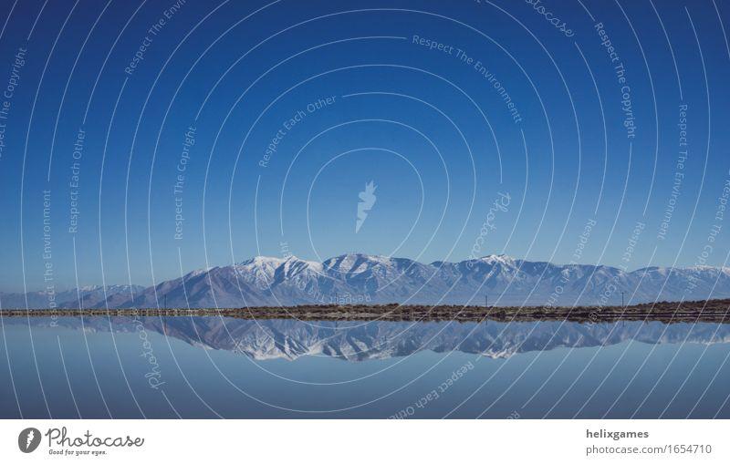 Reflektierte Berge Umwelt Natur Landschaft Wasser Himmel Wolkenloser Himmel Berge u. Gebirge Gipfel Schneebedeckte Gipfel Seeufer hell schön