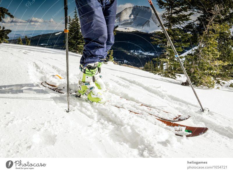 Skier und Skischuhe Freizeit & Hobby Skifahrer Skifahren Ferien & Urlaub & Reisen Ausflug Abenteuer Expedition Winter Schnee Berge u. Gebirge Beine 1 Mensch