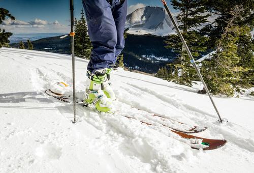 Skier und Skischuhe Mensch Ferien & Urlaub & Reisen Winter Berge u. Gebirge Schnee Beine Freizeit & Hobby wandern Ausflug Abenteuer Gipfel Schneebedeckte Gipfel
