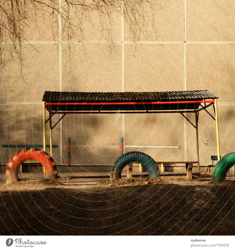 Kinderspiel Farbfoto Außenaufnahme Menschenleer Textfreiraum oben Textfreiraum unten Tag Sonnenlicht Starke Tiefenschärfe Zentralperspektive Spielen