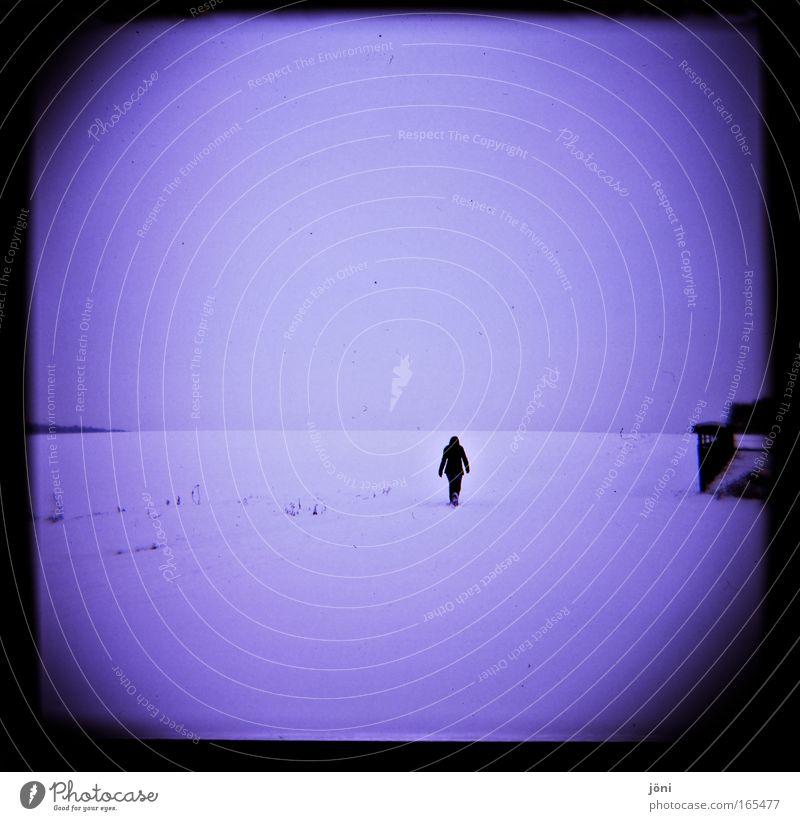 Einsam in die Stille Gedeckte Farben Außenaufnahme Lomografie Holga Silhouette wandern 1 Mensch Wolken Eis Frost Schnee Denken blau weiß Gefühle Zufriedenheit