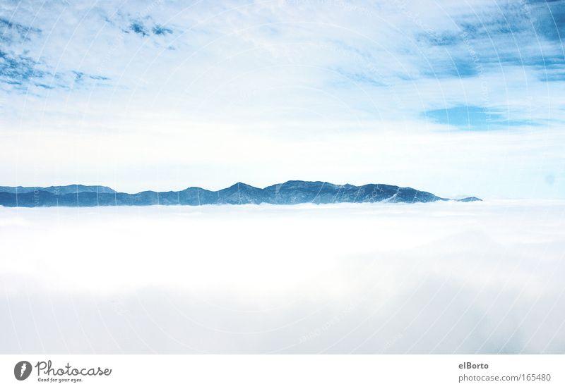 Über den Wolken Himmel Natur weiß blau Wolken Einsamkeit Ferne Freiheit Berge u. Gebirge Landschaft Umwelt Horizont Ausflug Nebel wandern groß