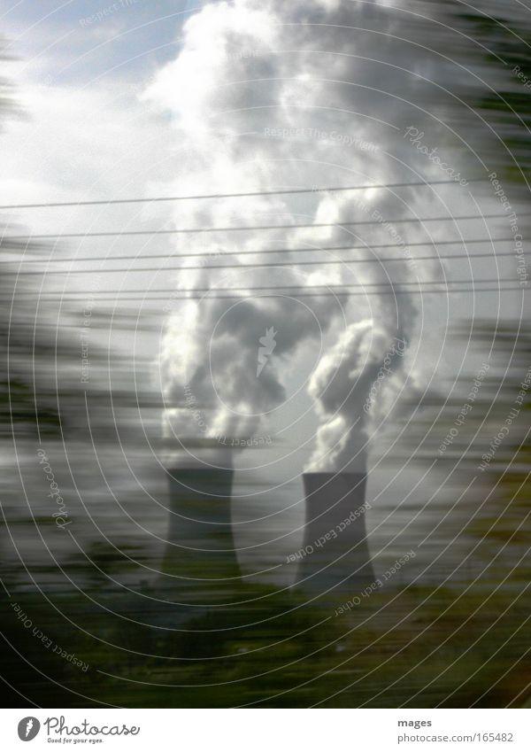 Kernkraft Gedeckte Farben Außenaufnahme Menschenleer Abend Licht Schatten Bewegungsunschärfe Energiewirtschaft High-Tech Kernkraftwerk Himmel Wolken bedrohlich