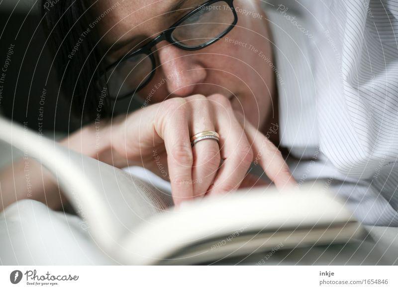 lesen (mit Brille) Lifestyle Stil Freizeit & Hobby Bildung Erwachsenenbildung Schule lernen Studium Frau Leben Gesicht Hand 1 Mensch 30-45 Jahre Printmedien