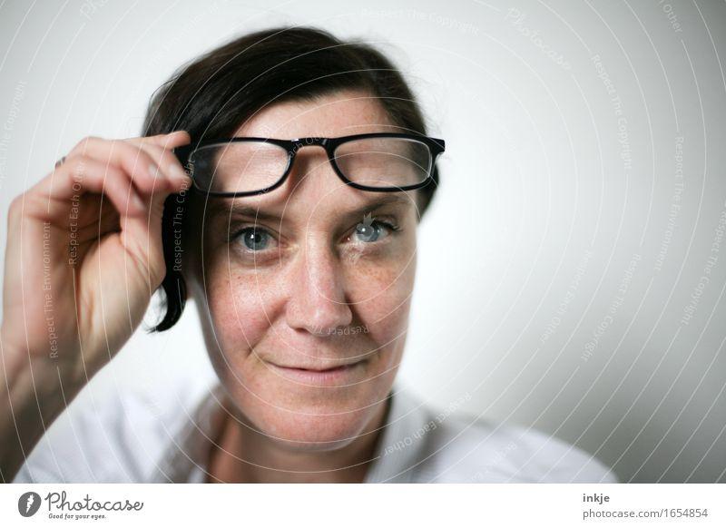 Frau Doktor Lifestyle Stil Bildung Erwachsenenbildung Business Leben Gesicht Hand 1 Mensch 30-45 Jahre Brille Lesebrille schwarzhaarig kurzhaarig Lächeln Blick