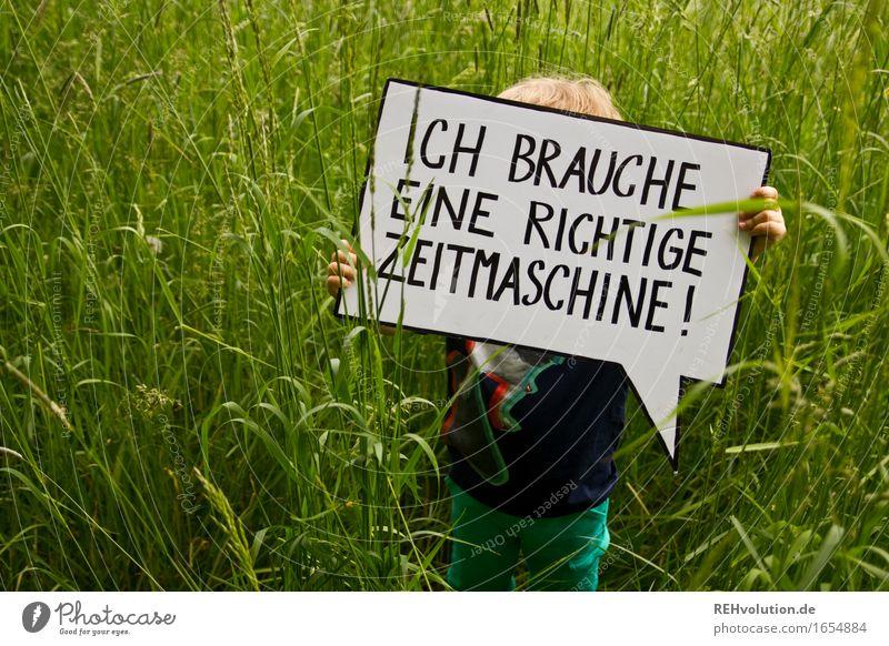 Ich brauche eine richtige Zeitmaschine Mensch maskulin Kind Kleinkind Junge 1 1-3 Jahre Umwelt Natur Gras Park Wiese Zeichen Schriftzeichen