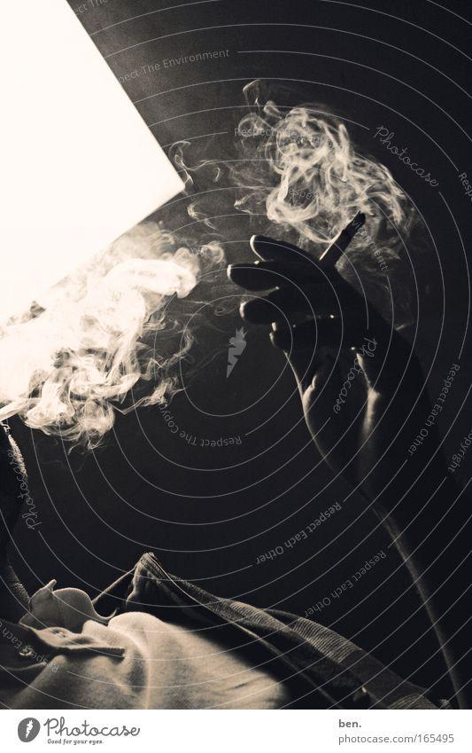 Grand Dame Gedeckte Farben Experiment Kunstlicht Licht Schatten Kontrast Silhouette Gegenlicht Hand Finger Theaterschauspiel Tanzen Kultur Zigarette