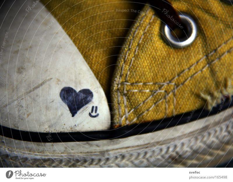 Ein Herz für Chucks Farbfoto Innenaufnahme Makroaufnahme Künstler Maler Kunstwerk Gemälde Jugendkultur Subkultur Schuhe Turnschuh Zeichen Smiley stehen