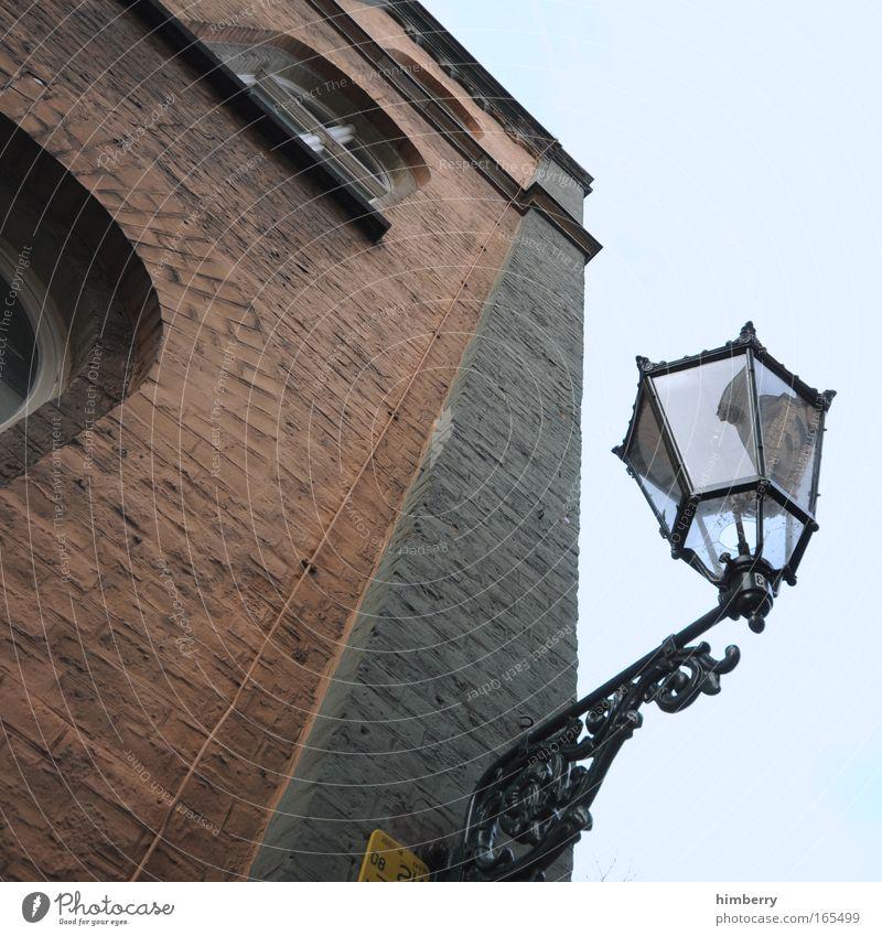 lichtblick alt Haus Wand Fenster Stein Mauer Metall Architektur Design Fassade Perspektive Energiewirtschaft Denkmal Handwerk historisch