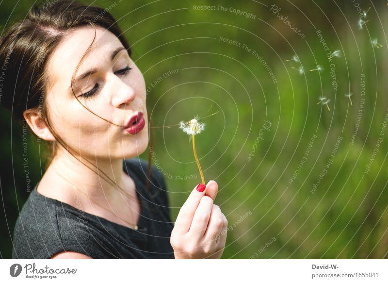 junge Frau mit Pusteblume pusten Sommer sommerlich hübsch Pflanze Löwenzahn Natur Blume Frühling Außenaufnahme Farbfoto Nahaufnahme Samen Wiese Umwelt