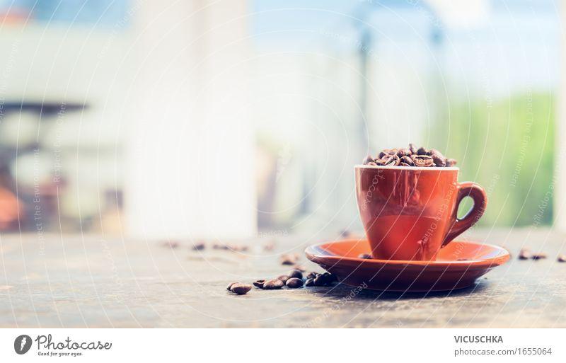 Espressotasse voller Kaffeebohnen auf demTerrassentisch Frühstück Mittagessen Getränk Heißgetränk Tasse Stil Design Sommer Tisch Restaurant Natur Zeichen retro