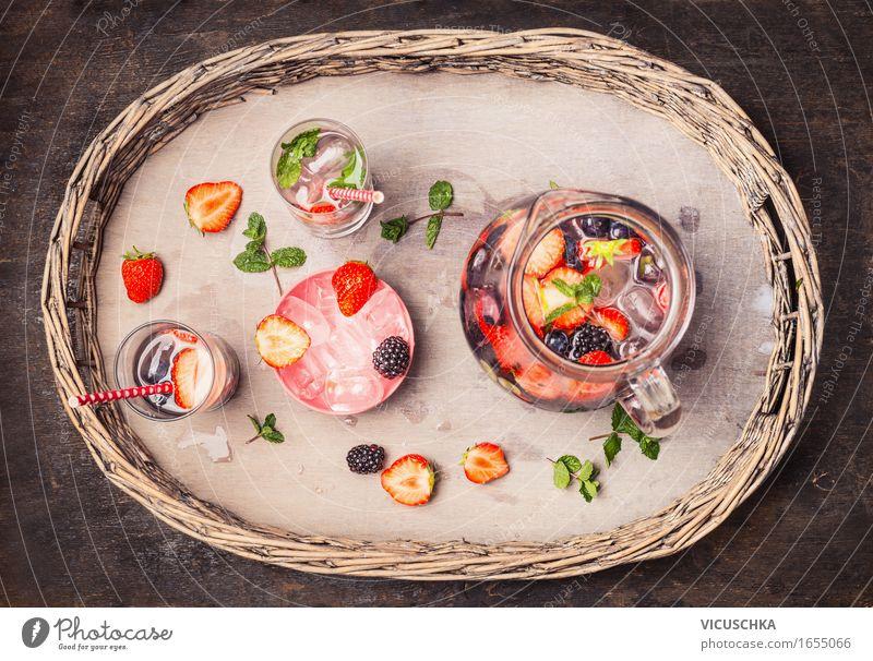 Krug und Gläser mit Wasser , Beeren und Eiswürfel Lebensmittel Frucht Bioprodukte Vegetarische Ernährung Diät Getränk Erfrischungsgetränk Trinkwasser Saft