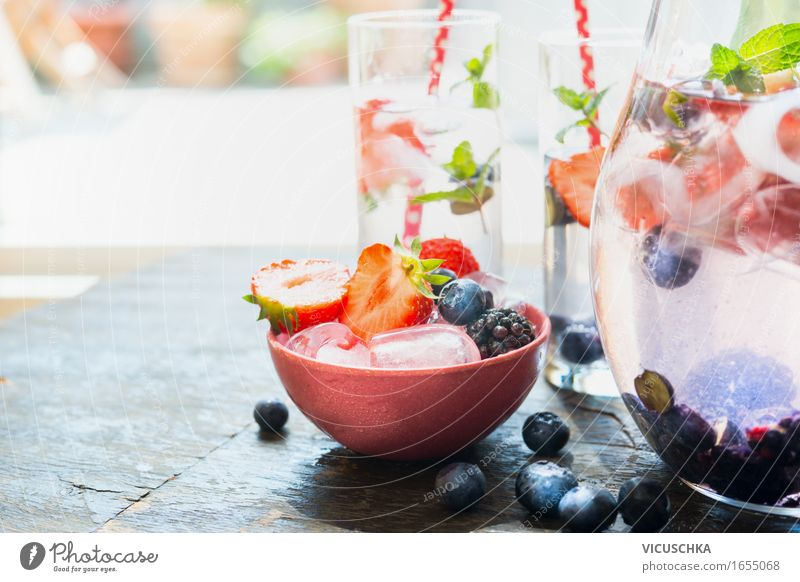 Eiswürfel und Beeren in Schüssel auf dem Garten Tisch Lebensmittel Frucht Dessert Speiseeis Getränk Erfrischungsgetränk Trinkwasser Limonade Saft