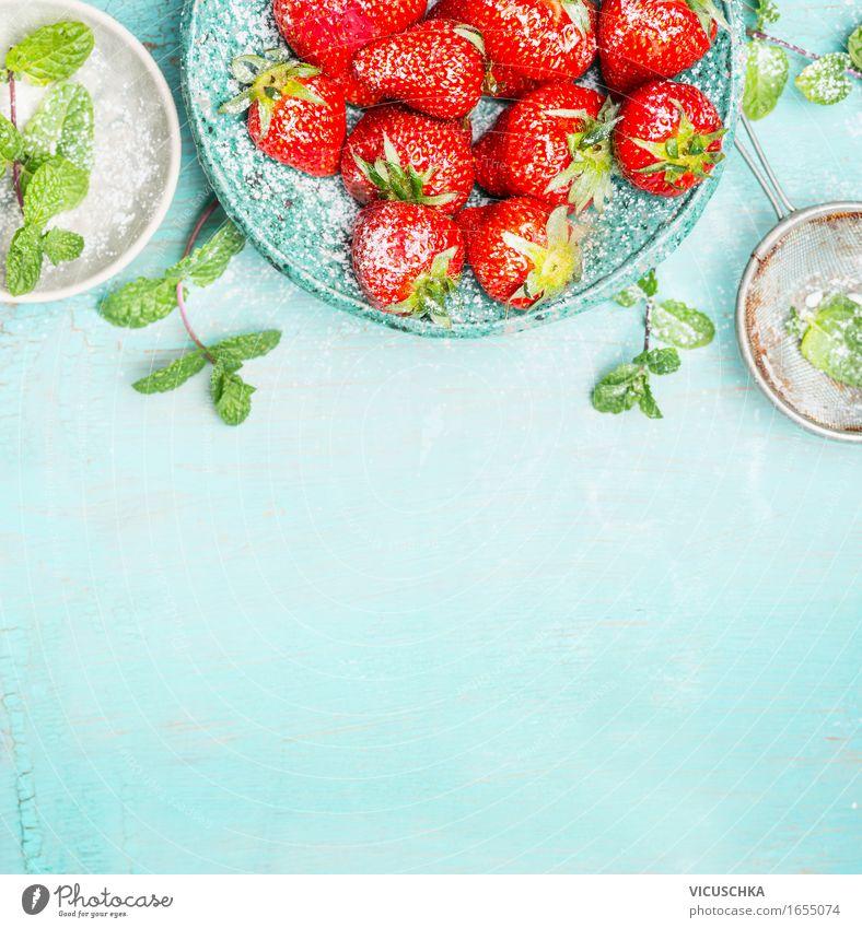 Erdbeeren mit Minze und Zucker auf türkis Hintergrund Natur blau Sommer Gesunde Ernährung Foodfotografie Leben Essen Hintergrundbild Gesundheit Stil