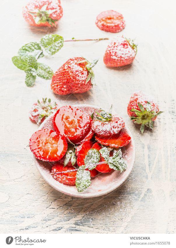 Frische Erdbeeren mit Puderzucker Natur Sommer Gesunde Ernährung Leben Speise Essen Foodfotografie Stil Lebensmittel hell Design Frucht Häusliches Leben Tisch